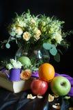 Todavía del holandés vida con la fruta y el ramo de flores en un fondo oscuro Foto de archivo libre de regalías