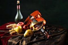 Todavía del holandés vida, violín y máscara de teatro en la tela al lado de la fruta jugosa Imágenes de archivo libres de regalías