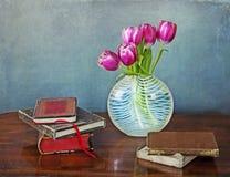 Libros y tulipanes Imágenes de archivo libres de regalías
