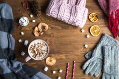 Todavía del invierno vida: sombrero, guantes, chocolate caliente con las melcochas Fotos de archivo libres de regalías