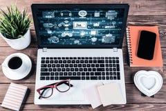 Todavía del negocio concepto de la vida con la materia de la oficina en la tabla de madera foto de archivo libre de regalías