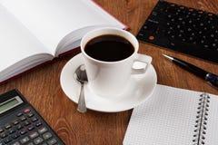 Todavía del negocio vida con la taza de café sólo Imágenes de archivo libres de regalías