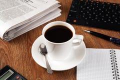 Todavía del negocio vida con la taza de café sólo Imagenes de archivo