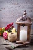 Todavía del otoño foto de la vida con la vela en linterna y flores Foto de archivo libre de regalías