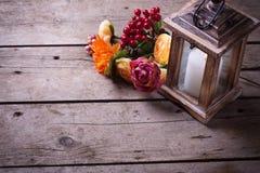 Todavía del otoño foto de la vida con la vela en linterna y flores Imágenes de archivo libres de regalías