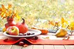 Todavía del otoño la vida con las calabazas, frutas, castañas y seca licencia Fotos de archivo