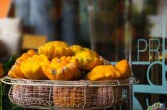 Todavía del otoño vida, calabazas en una cesta imagenes de archivo