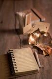 Todavía del otoño vida con el cuaderno abierto vacío y la hoja seca pintada Imagen de archivo