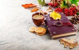 Todavía del otoño vida con el libro del café de la taza Imagen de archivo
