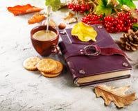 Todavía del otoño vida con el libro del café de la taza Imagen de archivo libre de regalías