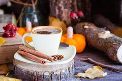 Todavía del otoño vida con la bebida del café Fotos de archivo
