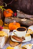 Todavía del otoño vida con la bebida del café Foto de archivo libre de regalías