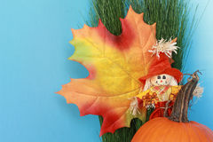 Todavía del otoño vida con la hoja, espantapájaros, calabaza Imagen de archivo libre de regalías