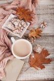 Todavía del otoño vida con la taza de galletas del cacao y del chocolate Fotos de archivo