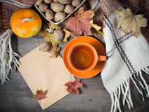 Todavía del otoño vida con la taza de té, tela escocesa y imagenes de archivo