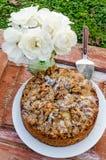 Todavía del otoño vida con la torta, las nueces y las rosas blancas Estilo rústico Fotos de archivo libres de regalías