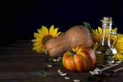 Todavía del otoño vida con las calabazas, el aceite y los girasoles Fotografía de archivo