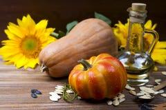 Todavía del otoño vida con las calabazas, el aceite y los girasoles Imagen de archivo
