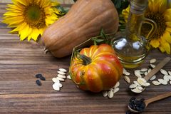 Todavía del otoño vida con las calabazas, el aceite y los girasoles Fotos de archivo libres de regalías