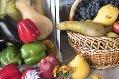 Todavía del otoño vida con las calabazas, manzanas, maíz Panorama del otoño con las frutas y verduras foto de archivo libre de regalías
