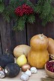 Todavía del otoño vida con las calabazas y baya y verduras del otoño en el viejo fondo de madera, primer Imagenes de archivo