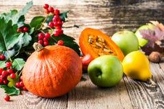 Todavía del otoño vida con las calabazas y las manzanas Concepto de la cosecha de la caída Foto de archivo libre de regalías