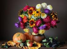 Todavía del otoño vida con las flores y las frutas Imágenes de archivo libres de regalías