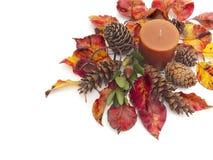 Todavía del otoño vida con las hojas y la vela coloridas Imágenes de archivo libres de regalías