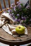 Todavía del otoño vida con las manzanas y las flores Foto de archivo