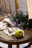 Todavía del otoño vida con las manzanas y las flores Imagenes de archivo
