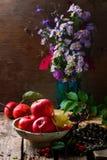 Todavía del otoño vida con las manzanas y las flores Imagen de archivo