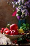 Todavía del otoño vida con las manzanas y las flores Foto de archivo libre de regalías