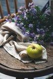 Todavía del otoño vida con las manzanas y las flores Fotografía de archivo