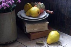 Todavía del otoño vida con las peras, la manzana, los crisantemos y los libros Estilo rústico Fotos de archivo