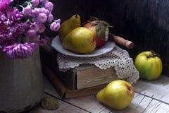 Todavía del otoño vida con las peras, la manzana, los crisantemos y los libros Estilo rústico Imagen de archivo libre de regalías