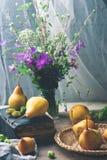 Todavía del otoño vida con las peras y las flores Fotografía de archivo