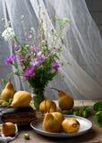 Todavía del otoño vida con las peras y las flores Foto de archivo libre de regalías
