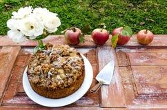 Todavía del otoño vida con las rosas de la torta, de las nueces, del manzana y blancas Estilo rústico Imagenes de archivo