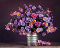 Todavía del otoño vida con un ramo de crisantemos Imagen de archivo