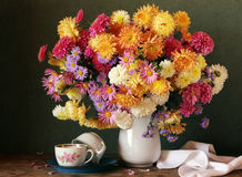 Todavía del otoño vida con un ramo de crisantemos i Foto de archivo