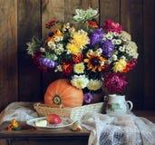 Todavía del otoño vida en calabaza rústica del estilo y un ramo Foto de archivo libre de regalías