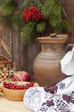 Todavía del otoño vida en pote de arcilla del estilo y baya y verduras ucranianos del otoño en el viejo fondo de madera, primer Imagenes de archivo