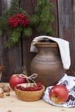 Todavía del otoño vida en pote de arcilla del estilo y baya y verduras ucranianos del otoño en el viejo fondo de madera, primer Foto de archivo