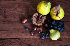 Todavía del otoño vida fruta fragante y salvaje en una tabla del país imagenes de archivo