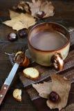 Todavía del otoño vida: las castañas, el cacao y el chocolate se separaron en un sl Imágenes de archivo libres de regalías