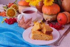 Todavía del otoño vida Pastel de calabaza y té hechos en casa para la acción de gracias Imagen de archivo