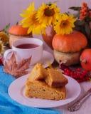 Todavía del otoño vida Pastel de calabaza y té hechos en casa para la acción de gracias Imagenes de archivo