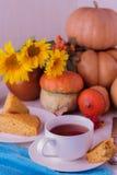 Todavía del otoño vida Pastel de calabaza y té hechos en casa para la acción de gracias Foto de archivo libre de regalías