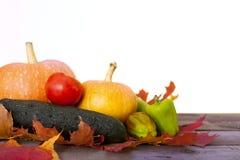 Todavía del otoño vida rústica con las calabazas y las hojas de oro en una superficie de madera Imagen de archivo