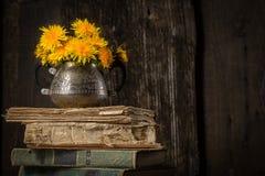 Todavía del país vida con el ramo y las viejas cosas, libros Foto de archivo libre de regalías